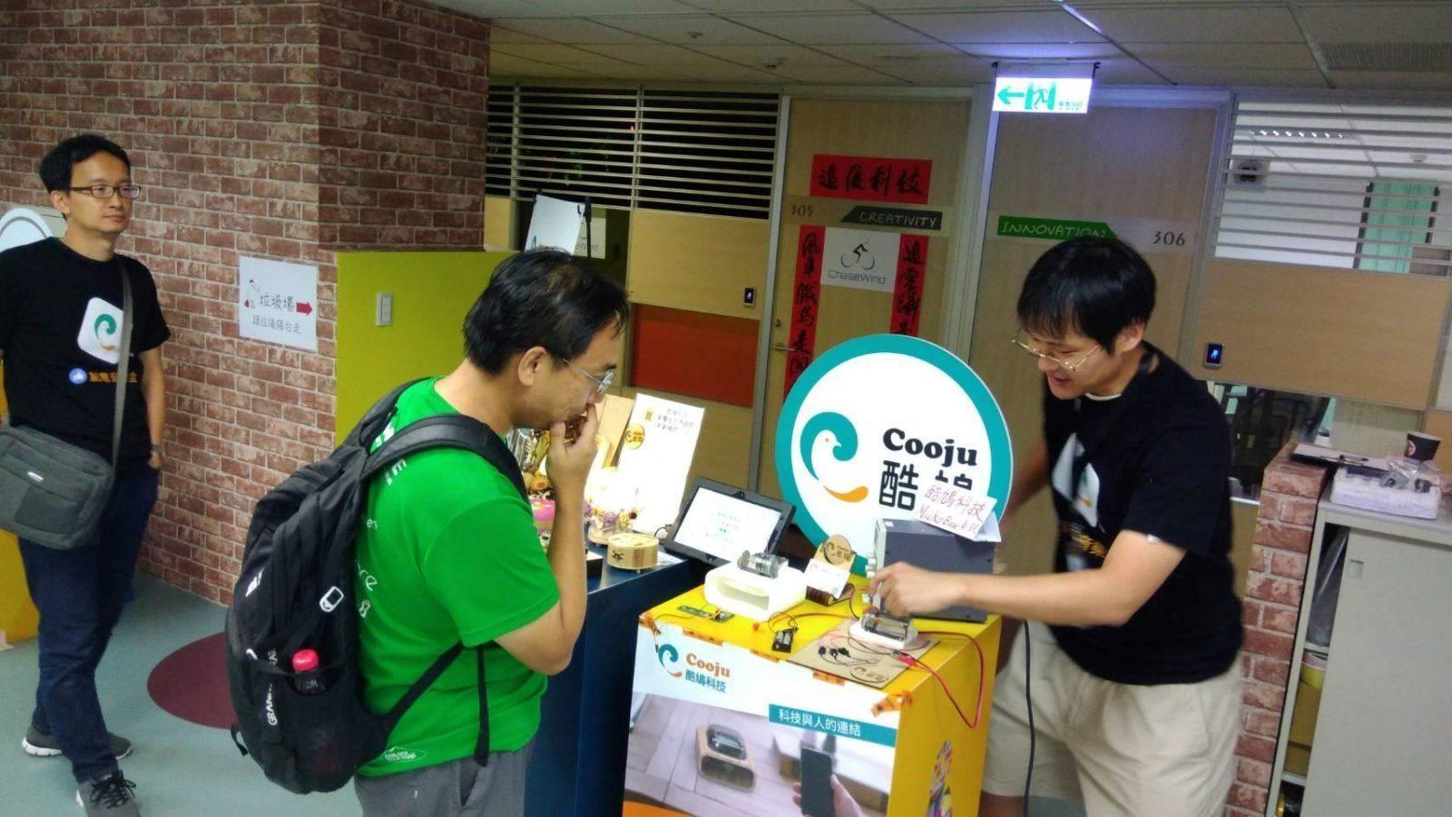 In a maker's exhibit, Dr. Feng explained how his prototype worked to a visitor interested in the technology used in Muro Box.